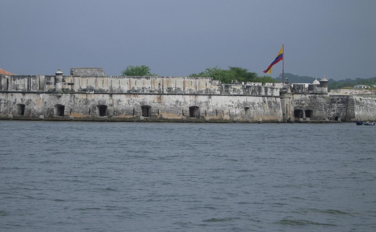 Vista de fuerte de Bocachica en Cartagena desde el mar