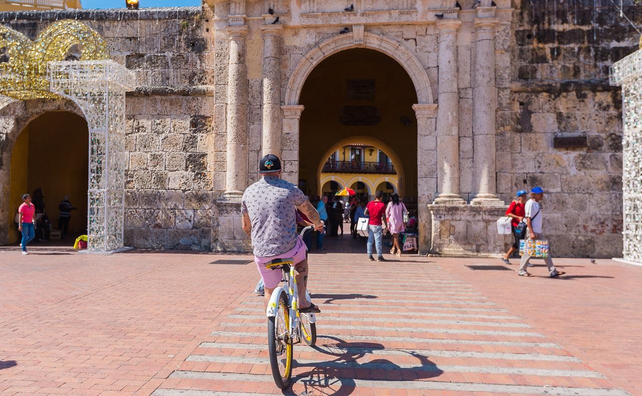foto de Turista en bicicleta en la Torre del Reloj para ilustrar nota de viajeros en bicicleta en Cartagena