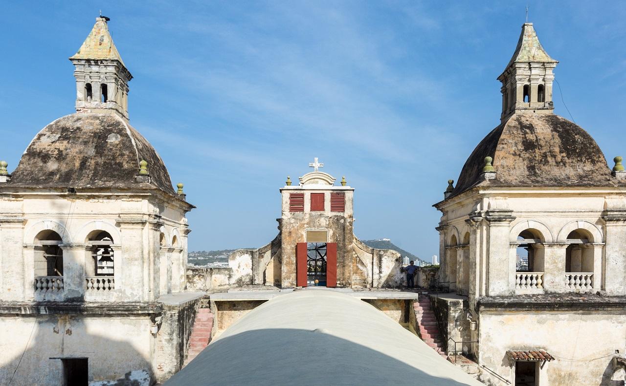 Cúpulas del Santuario de San Pedro Claver, imagen para ilustrar nota sobre los horarios de las iglesias en Cartagena