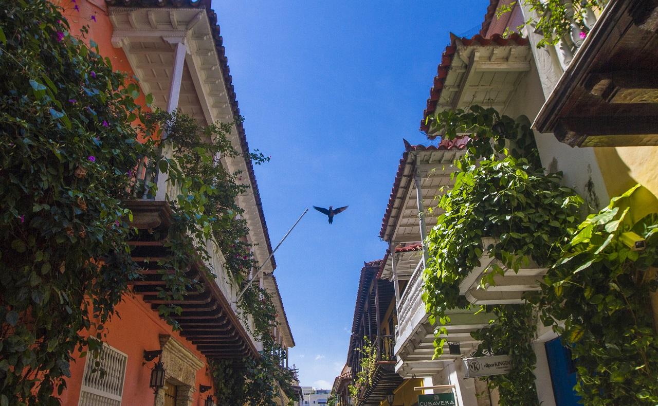 Calle del Centro Histórico de Cartagena con balcones
