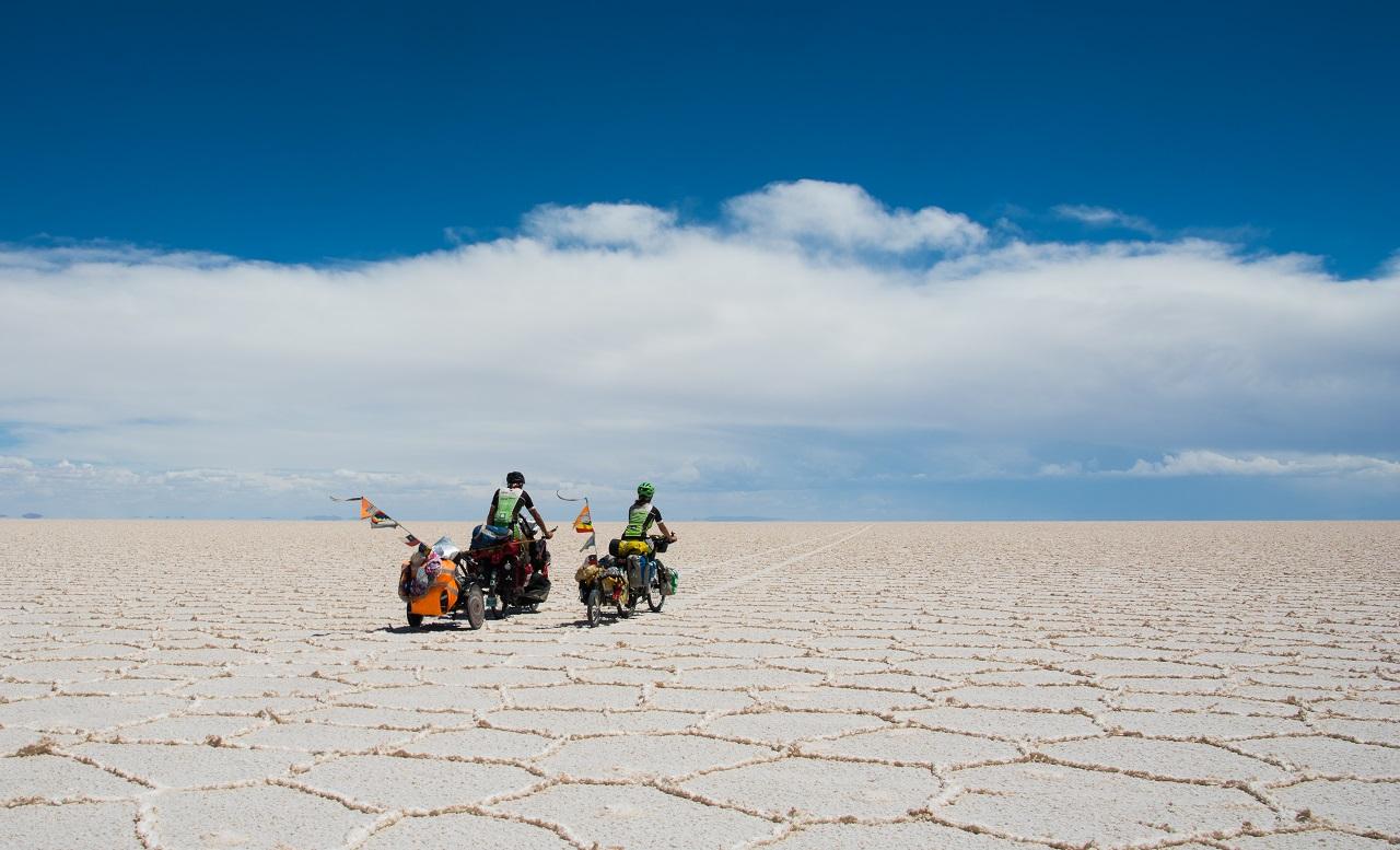 Familia de viajeros italianos en travesía con bicicletas por desierto de Suramérica