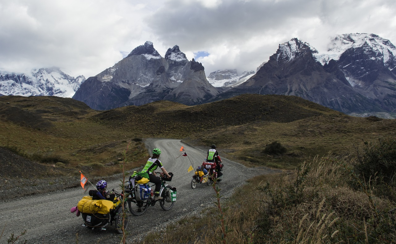 Familia de viajeros italianos rodando en sus bicicletas por carreteras de Suramérica