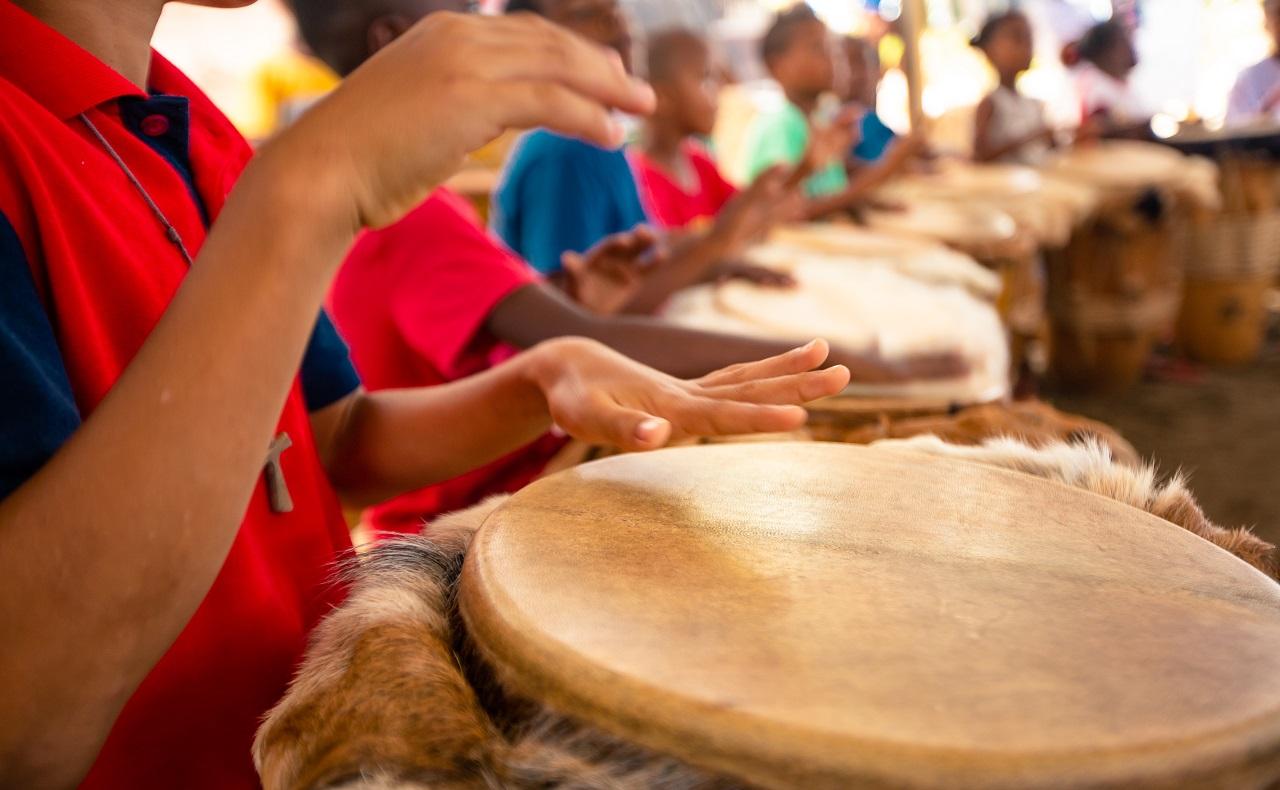 Niños tocando tambores en La Boquilla, Cartagena de Indias