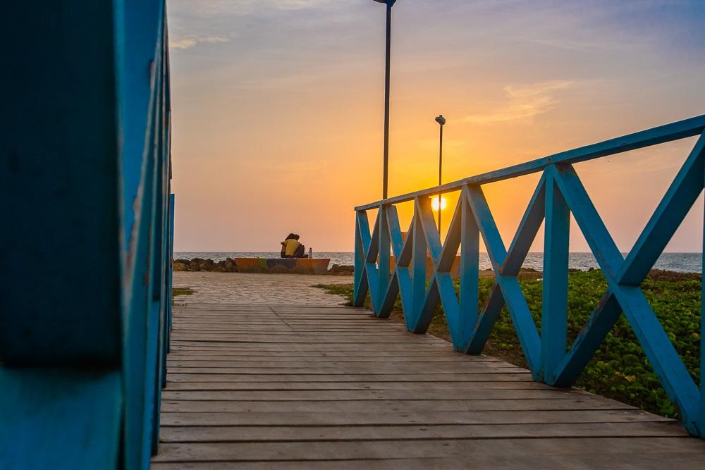 Pareja abrazada mirando el sol ocultarse, imagen para ilustrar nota de luna de miel en Cartagena