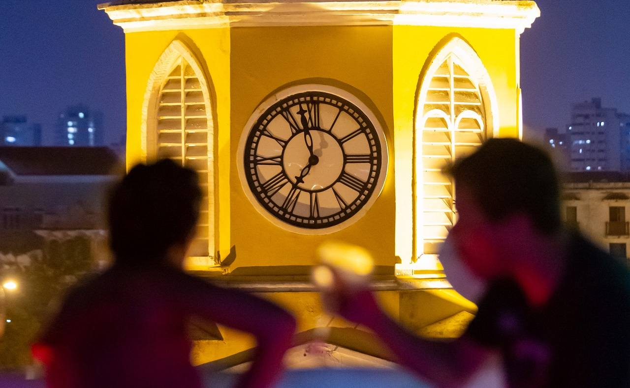 Pareja tomando cóctel en terraza de Mirador Gastro Bar junto a la Torre del Reloj en Cartagena de Indias, imagen para ilustrar nota de cóceteles en Cartagena