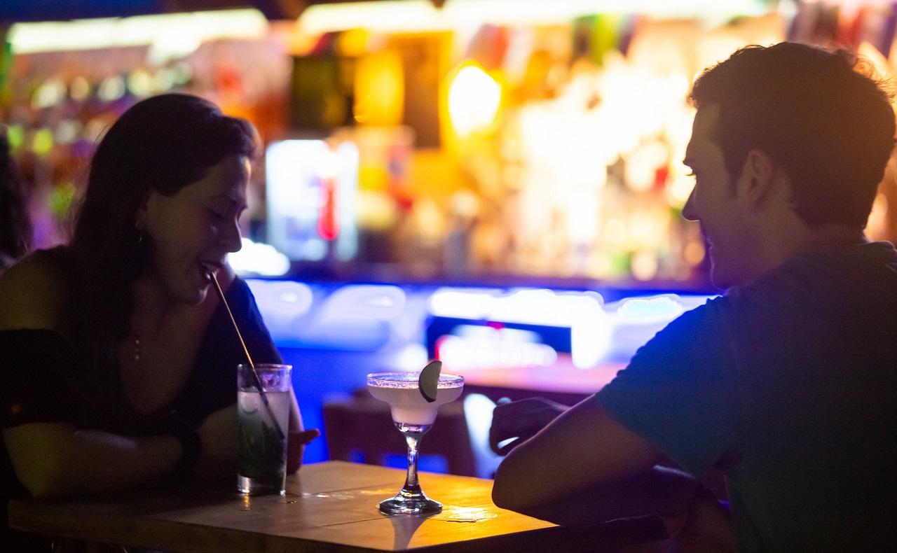 Pareja tomando cócteles en Mirador Gastro Bar, imagen para ilustrar nota de luna de miel en Cartagena