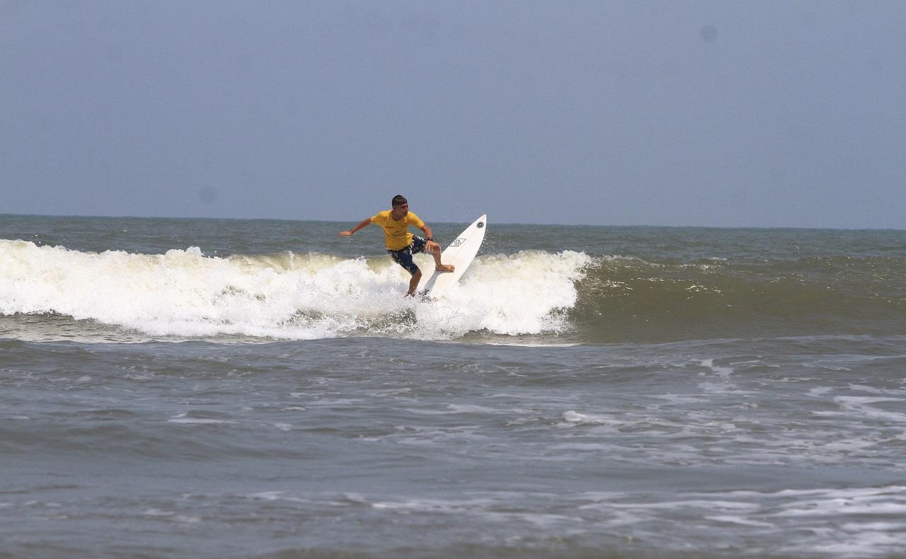 Practicante de surf en playas de Cartagena, imagen para ilustrar nota de deportes acuáticos