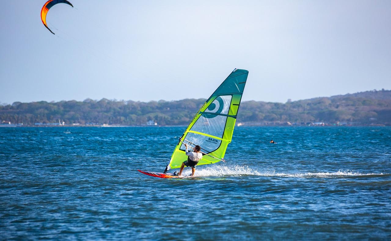 Practicante de windsurf en El Laguito, imagen para ilustrar nota de deportes acuáticos en Cartagena