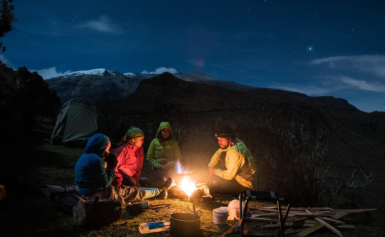 familia de viajeros italianos haciendo camping en montañas de Suramérica