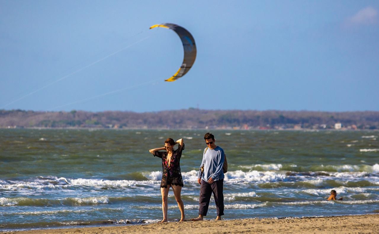 pareja caminando en playa de La Boquilla, imagen para ilustrar nota de luna de miel en Cartagena