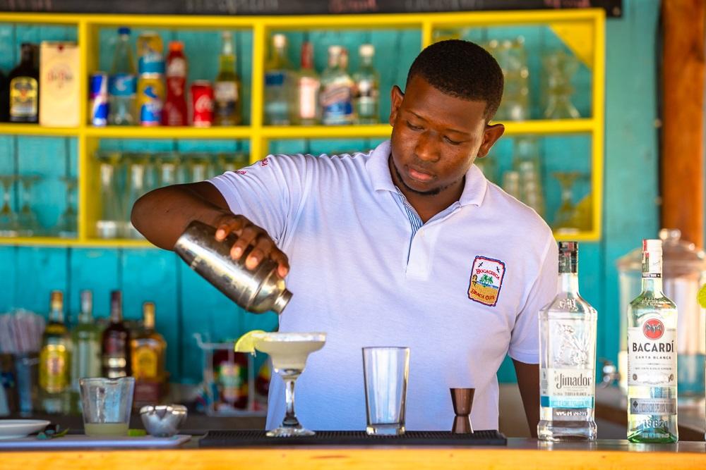Bartender sirviendo un cóctel margarita en Bocachica Beach Club en Cartagena