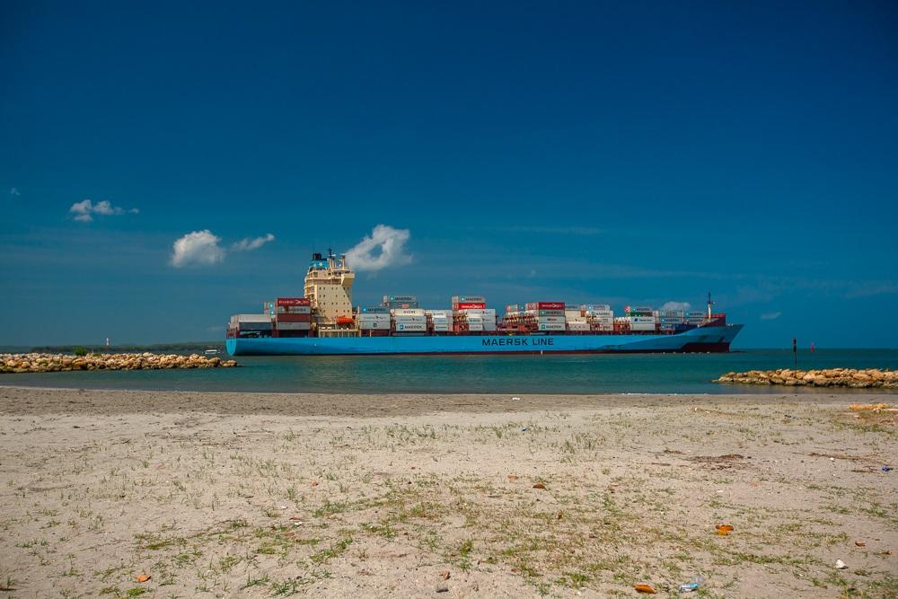 Buque navegando frente a playa de Bocachica, Cartagena