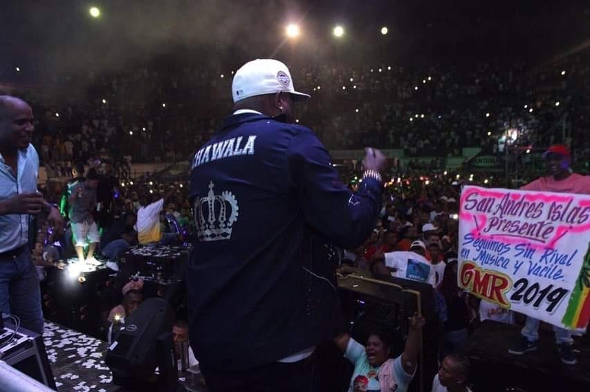 Cantante de champeta en concierto, imagen para ilustrar nota sobre picós en Cartagena