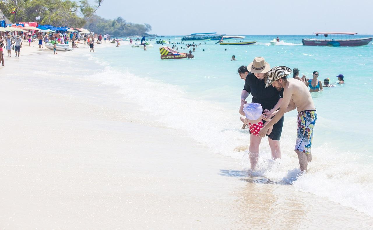 Pareja con niño en playa de Cartagena, imagen para ilustrar nota sobre protección de la piel
