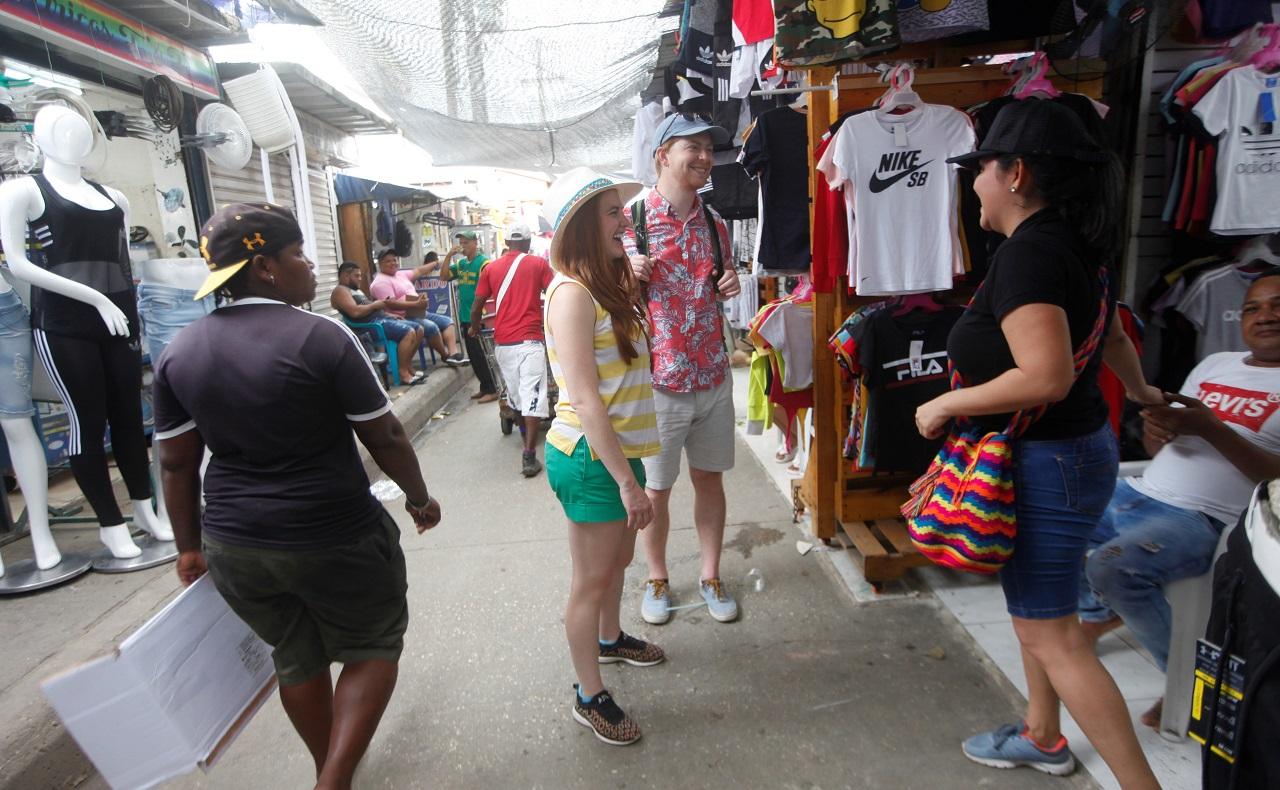 Pareja de turistas norteamericanos recorriendo el Mercado de Bazurto