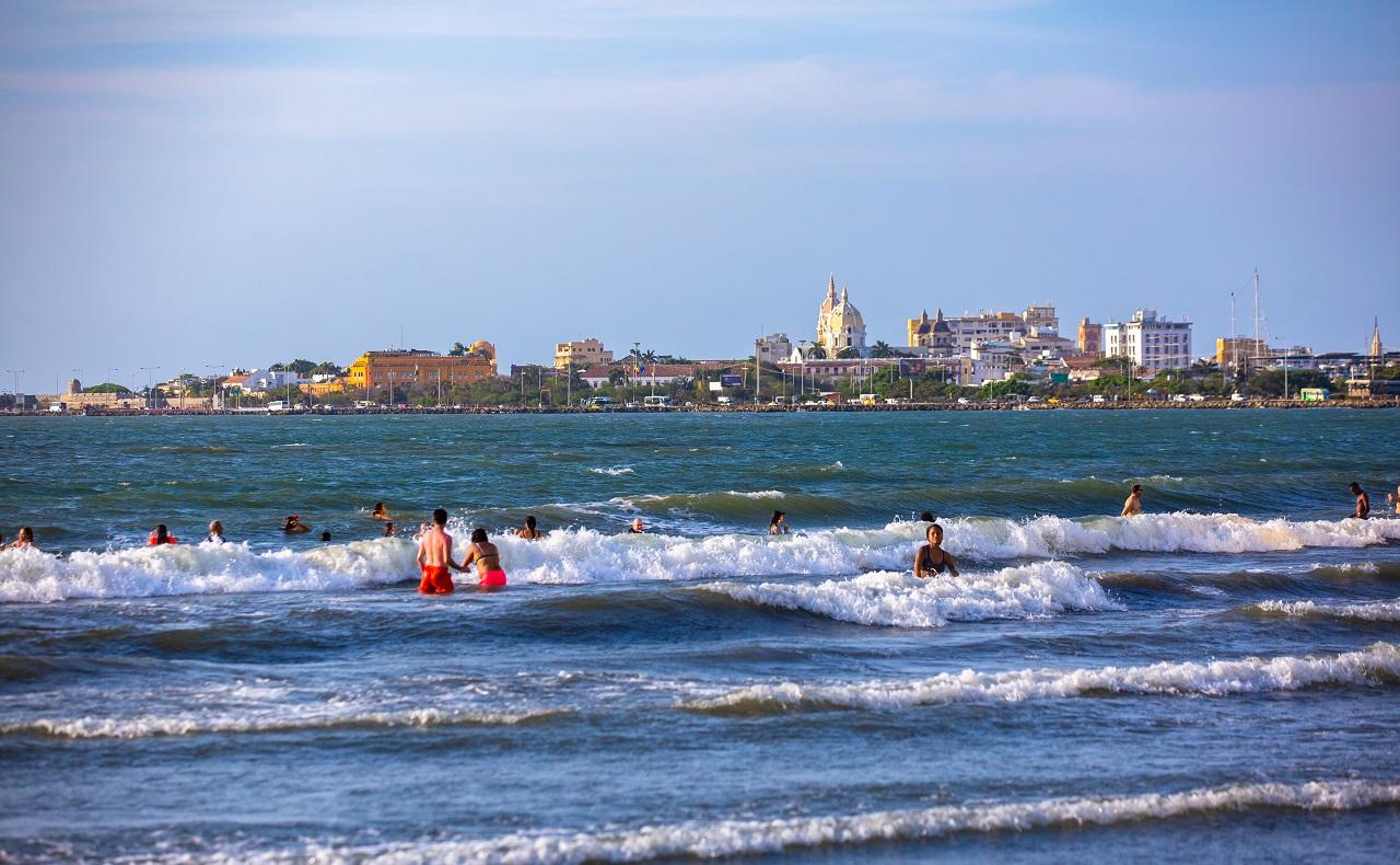 Playa de Bocagrande con el Centro Histórico de Cartagena de fondo, imagen para ilustrar nota de protección de la piel