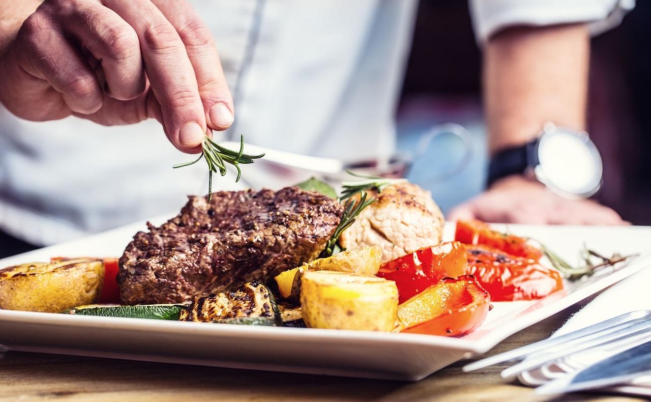 Chef dandole el toque final a su plato, imagen para ilustrar especial de restaurantes en Cartagena
