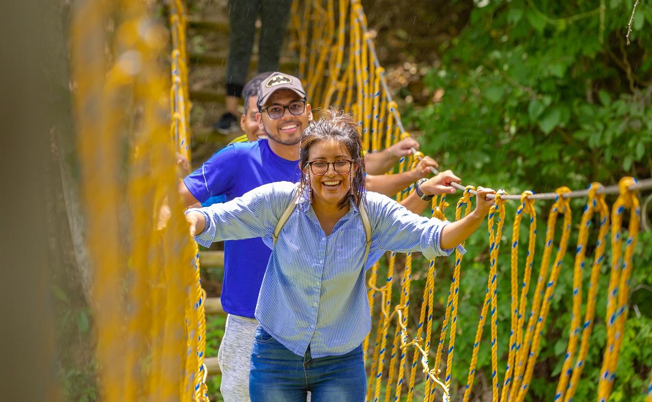 Luna Forest Ekoparque en Cartagena de Indias, grupo de estudiantes cruzando puente colgante