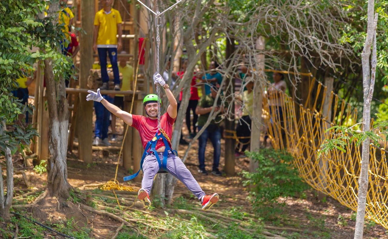 Luna Forest Ekoparque en Cartagena de Indias, hombre en tirolesa