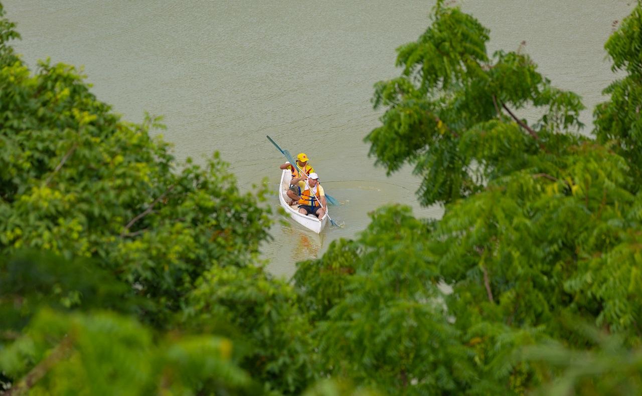 Luna Forest Ekoparque en Cartagena de Indias, hombres en bote