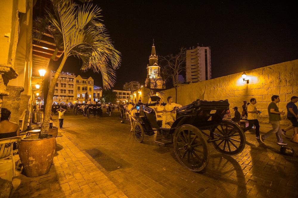 Pareja dando vuelta en coche por la Plaza de los Coches, imagen para ilustrar nota del día del amor y la amistad en Cartagena