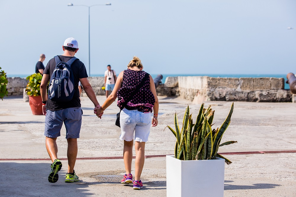 Pareja recorriendo las murallas, imagen para ilustrar nota del día del amor y la amistad en Cartagena