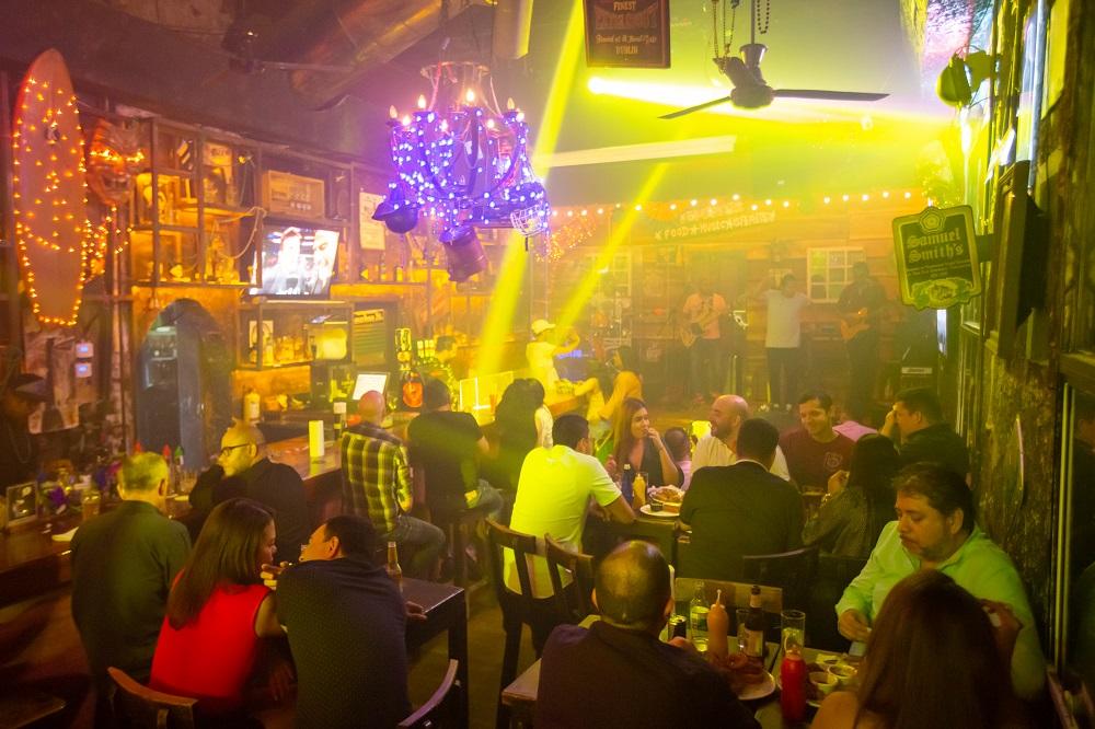 Parejas y amigos celebrando en bar, imagen para ilustrar nota del día del amor y la amistad en Cartagena