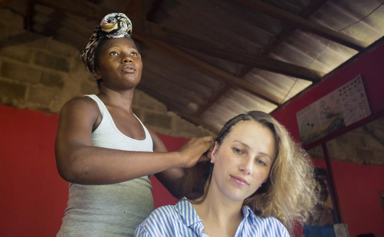 Turista extranjera haciéndose trenzas africanas en San Basilio de Palenque, Bolívar