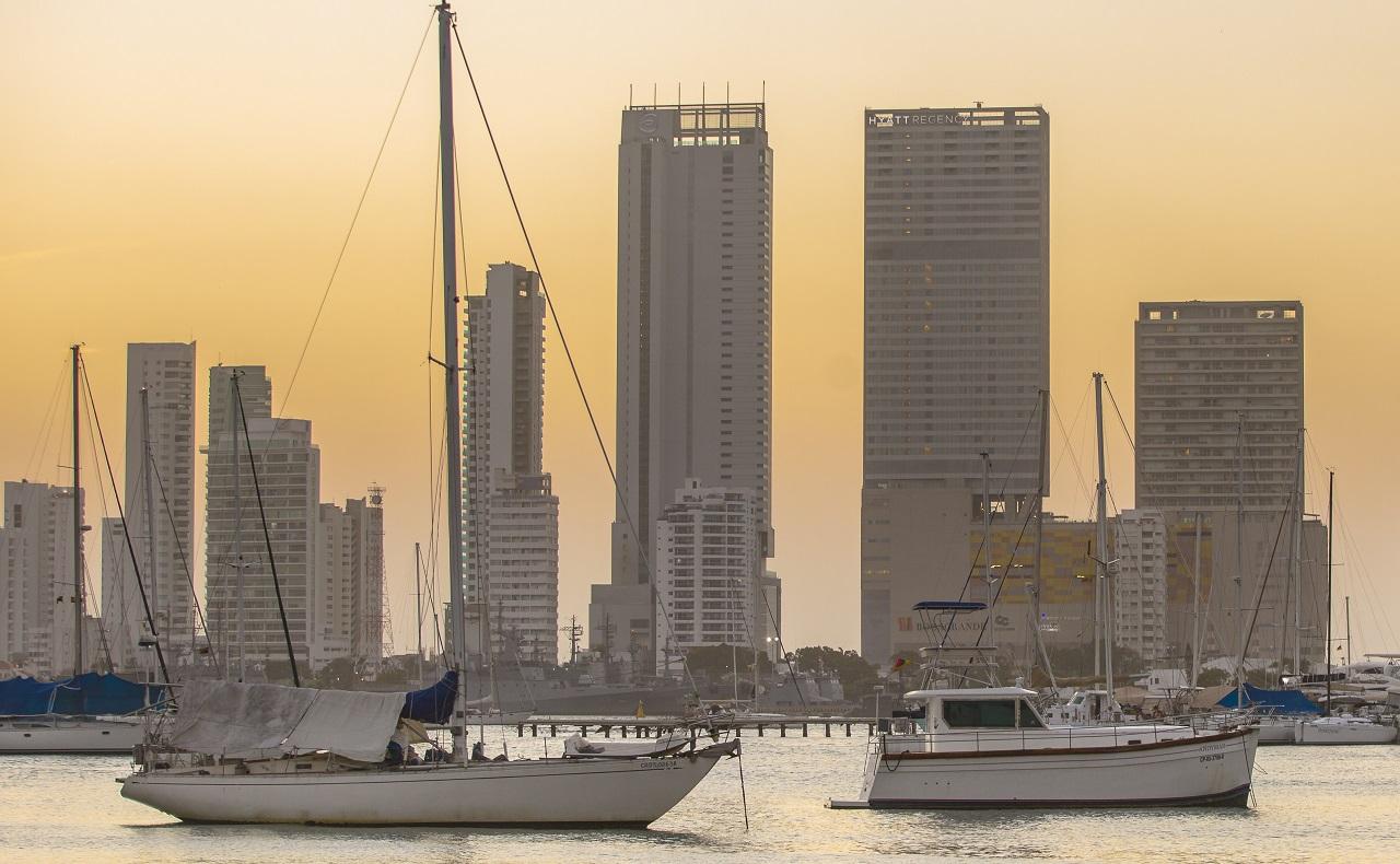 Veleros anclados en el sector de Manga en Cartagena con vista hacia Bocagrande