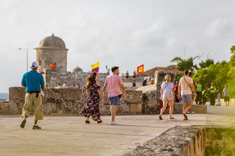 Viajeros recorriendo las murallas en el Centro Histórico de Cartagena