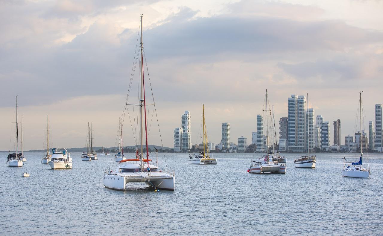 catamarán y veleros en Cartagena de Indias, vista desde Manga