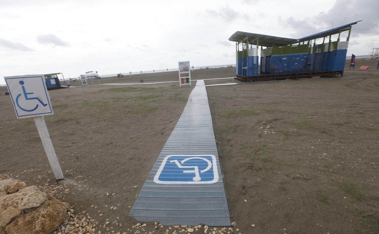 La Boquilla, playa bandera azul en Cartagena de Indias, acceso para discapacitados.jpg