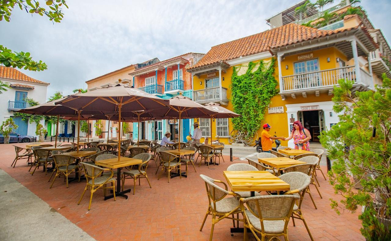 Mesas al aire libre en Plaza Fernández de Madrid, imagen para ilustrar nota sobre plazas de Cartagena