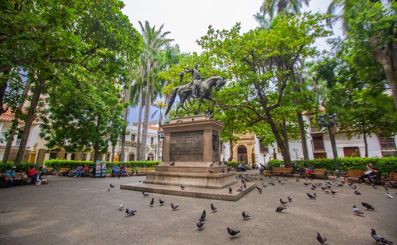 Tarde en la Plaza Simón Bolívar, imagen para ilustrar nota sobre plazas de Cartagena