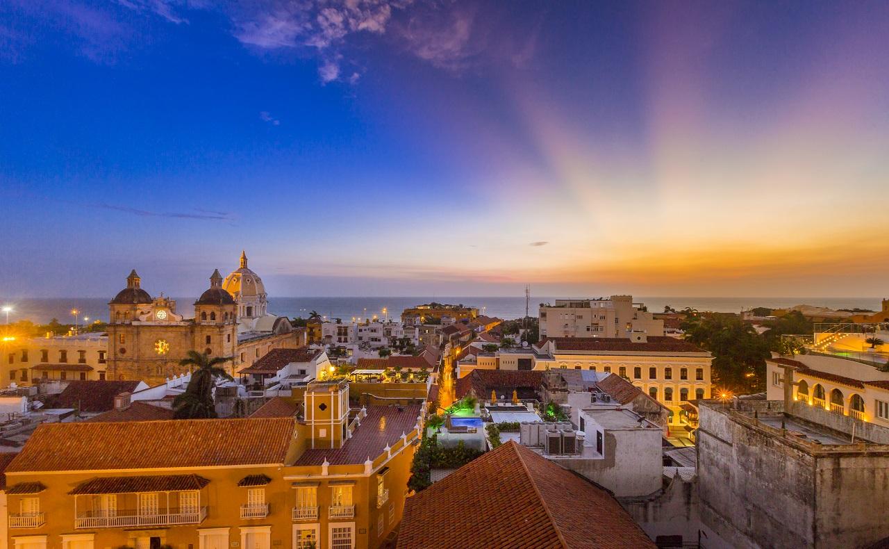 Vista aérea del Centro Histórico y el mar Caribe, imagen para ilustrar nota sobre vida nocturna en Cartagena