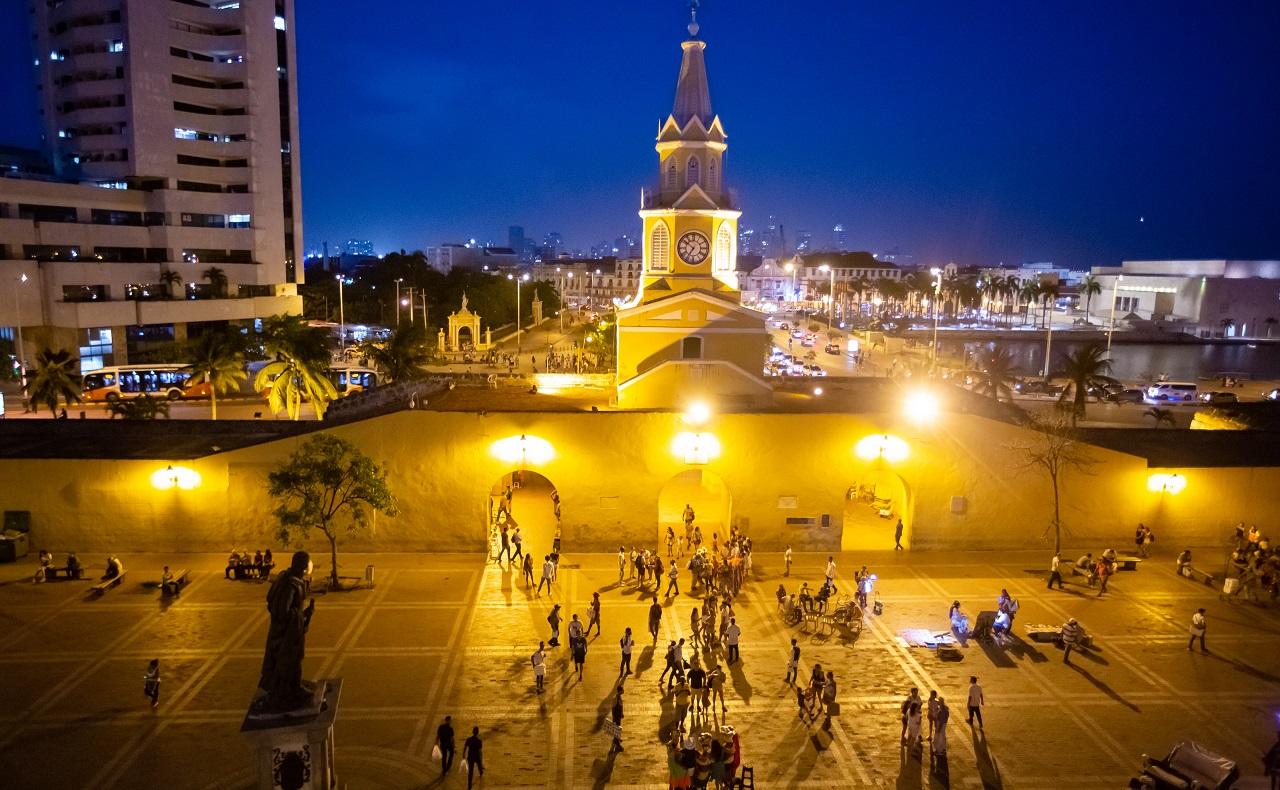Vista nocturna de la Torre del Reloj y la Plaza de los Coches desde Mirador Gastro Bar, terrazas de Cartagena