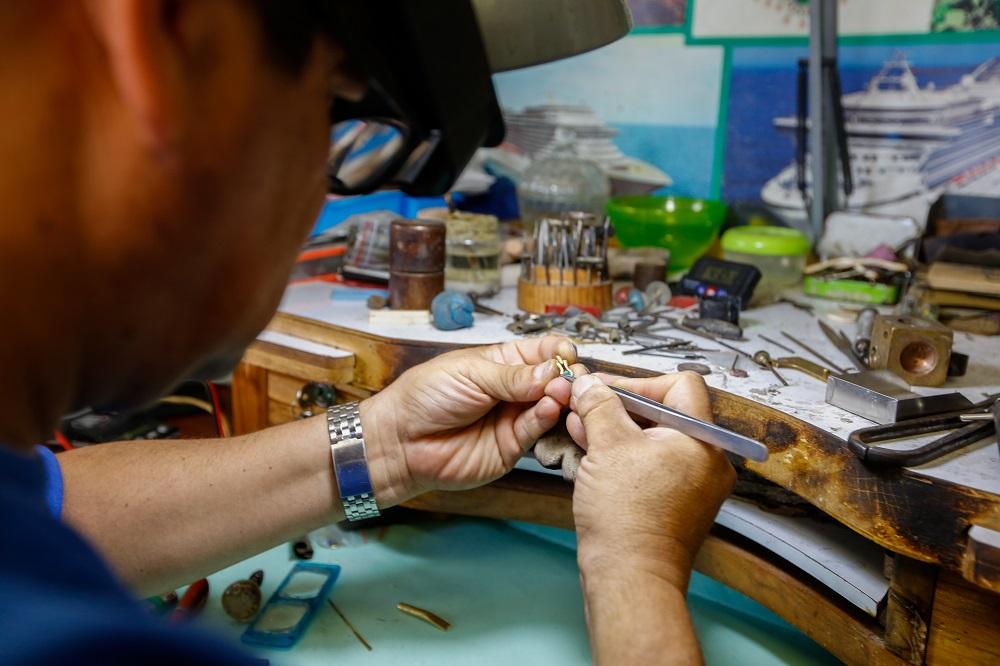joyero de Ada's Jewelry Factory trabajando una pieza, imagen para ilustrar nota de joyas en Cartagena