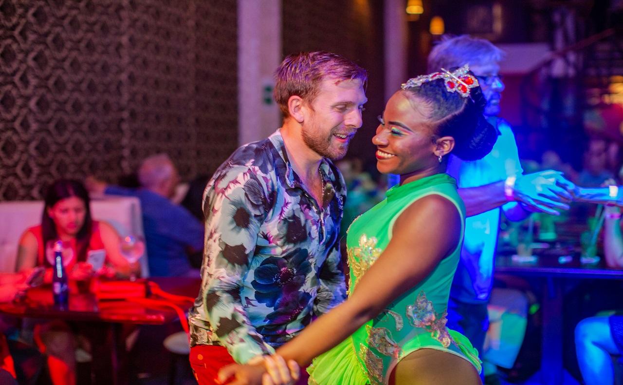 Turista bailando con bailarina de 1968 Salsa Show, imagen para ilustrar nota de Shows en vivo en Cartagena de Indias