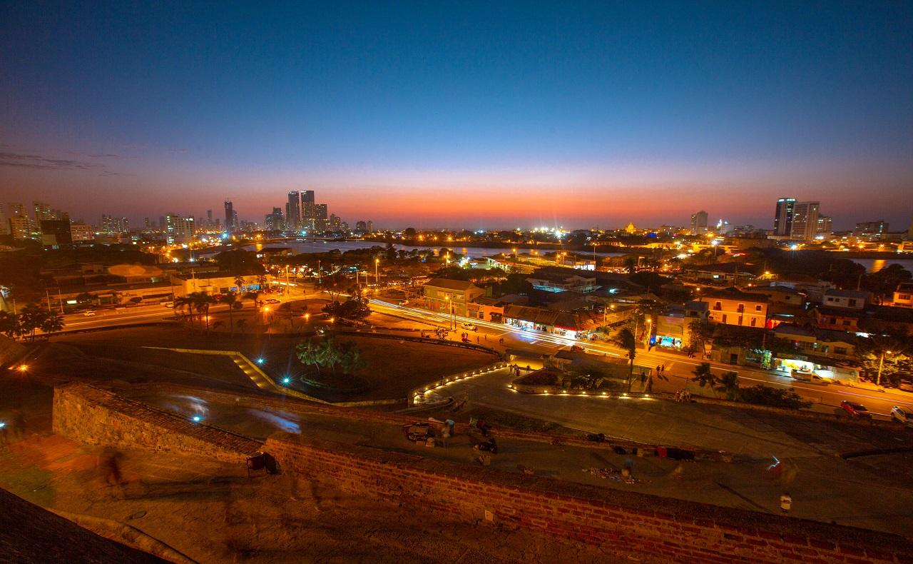 Vista del anochecer en Cartagena desde el Castillo de San Felipe