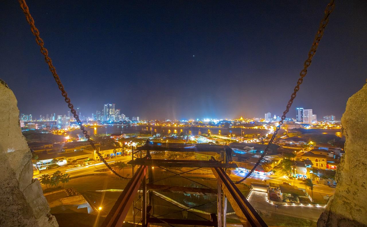 Vista nocturna de Cartagena desde el Castillo de San Felipe