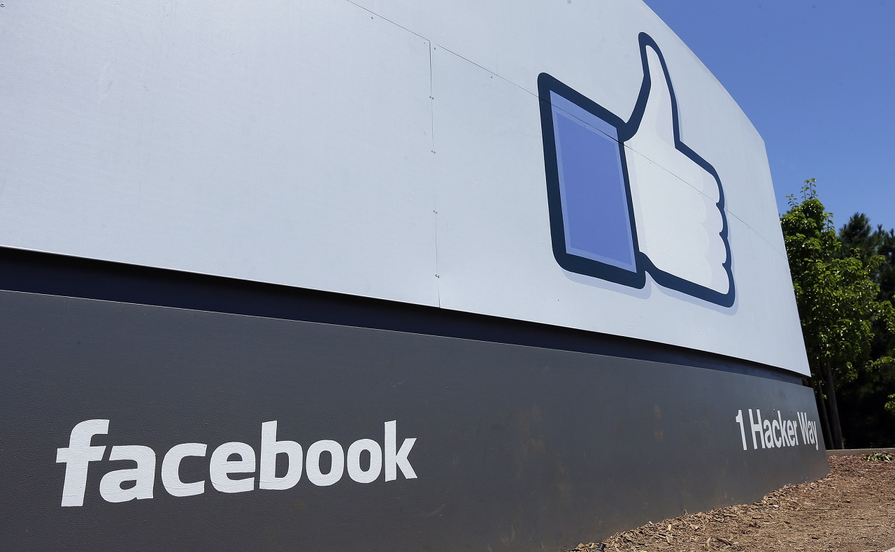 """Instalaciones de Facebook, imagen para ilustrar nota de cuarentena preventiva en Colombia - FILE - This July 16, 2013, file photo shows a sign at Facebook headquarters in Menlo Park, Calif. Facebook is trying to coax """"news deserts"""" into bloom with the expansion of a tool that provides people with local news and information, but says it still has a lot to learn. The social media giant said Thursday, Sept. 12, 2019, it is expanding its """"Today In"""" service to 6,000 cities and towns across the U.S., up from 400 previously. (AP Photo/Ben Margot, File)"""