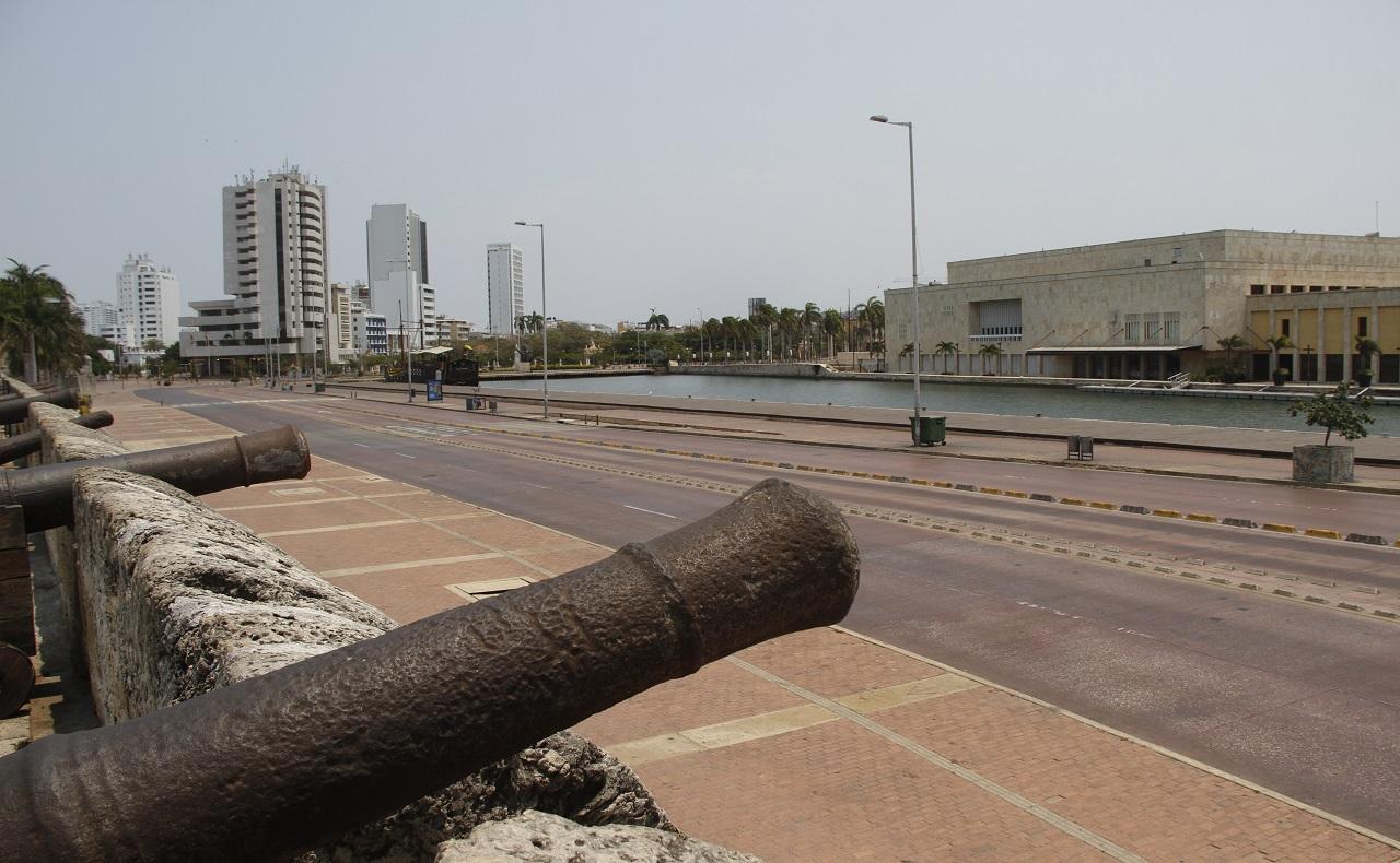 franja de muralla con cañones y centro de convenciones en Cartagena de Indias durante el periodo de cuarentena por coronavirus