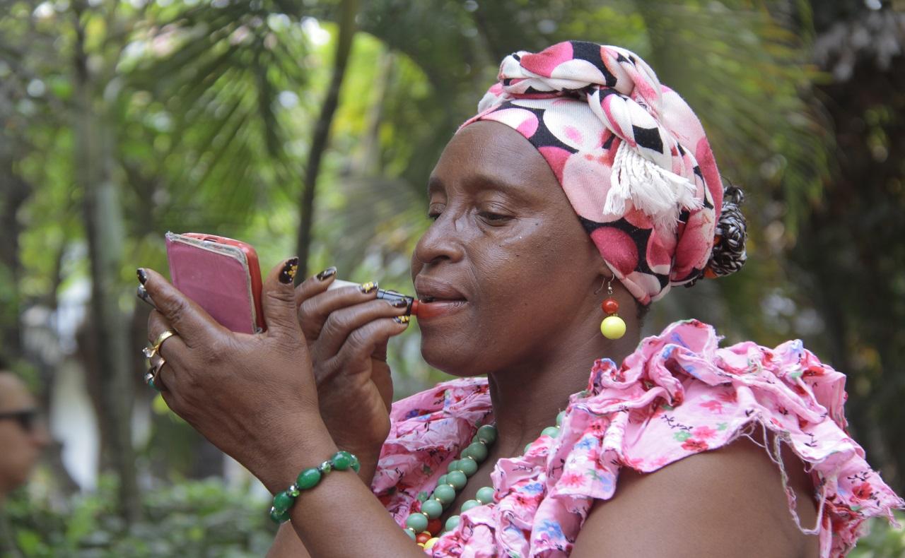 palenquera aplicándose labial en el Centro Histórico de Cartagena de Indias