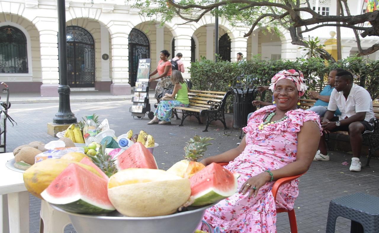 palenquera tradicional en la Plaza de Bolívar en Cartagena de Indias