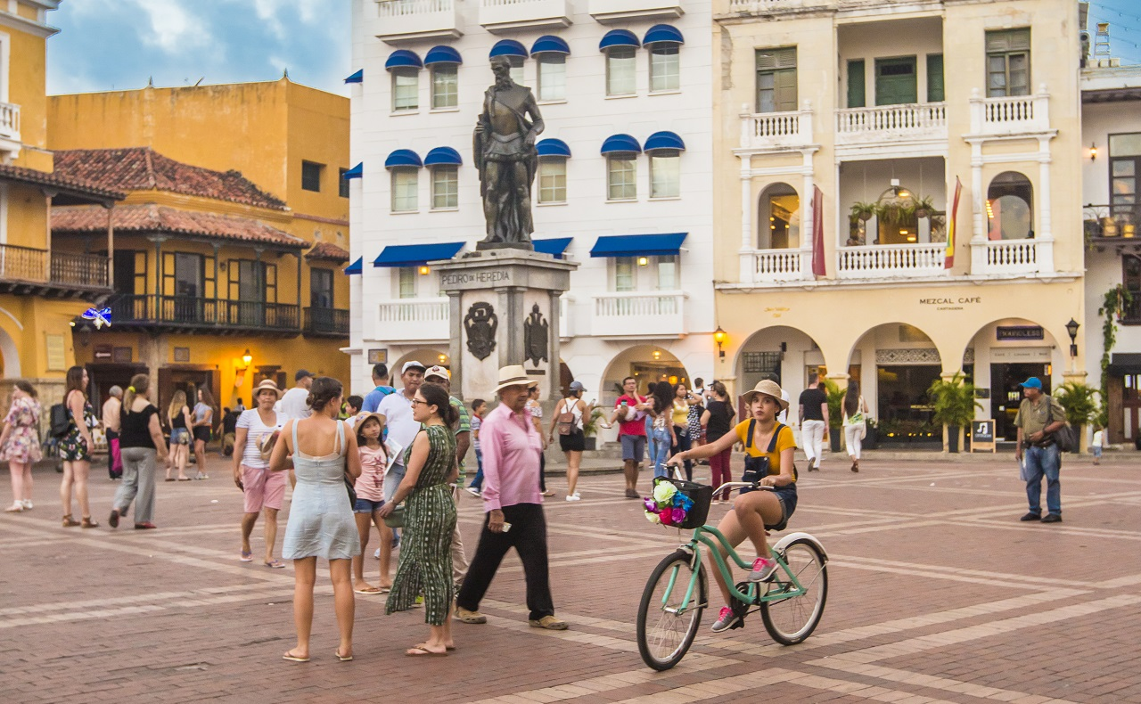 turistas en Plaza de los Coches, imagen para ilustrar nota de Coronavirus en Cartagena