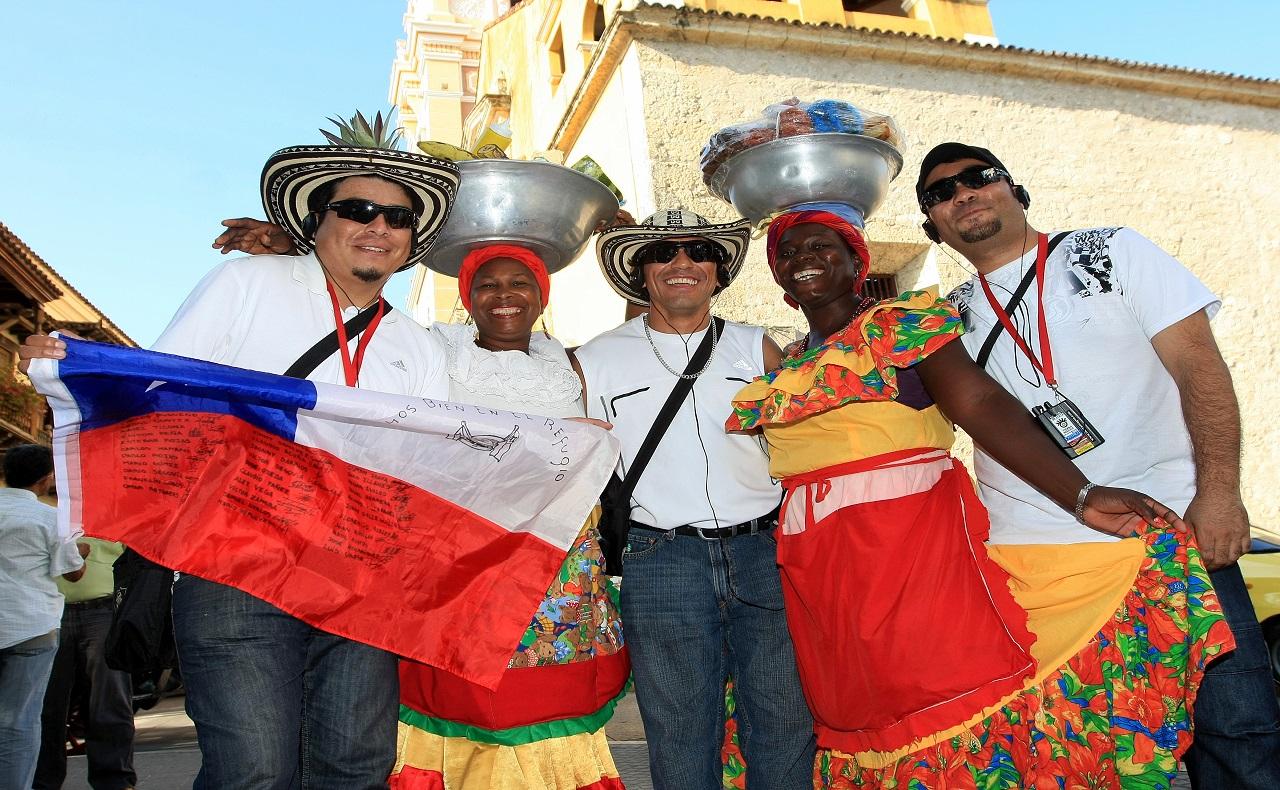 turistas junto a palenqueras en el Centro Histórico de Cartagena de Indias