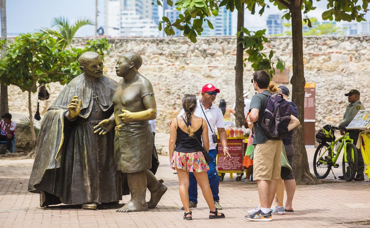 turistas visitando la Plaza de San Pedro Claver, imagen para ilustrar artículo de coronavirus en Cartagena