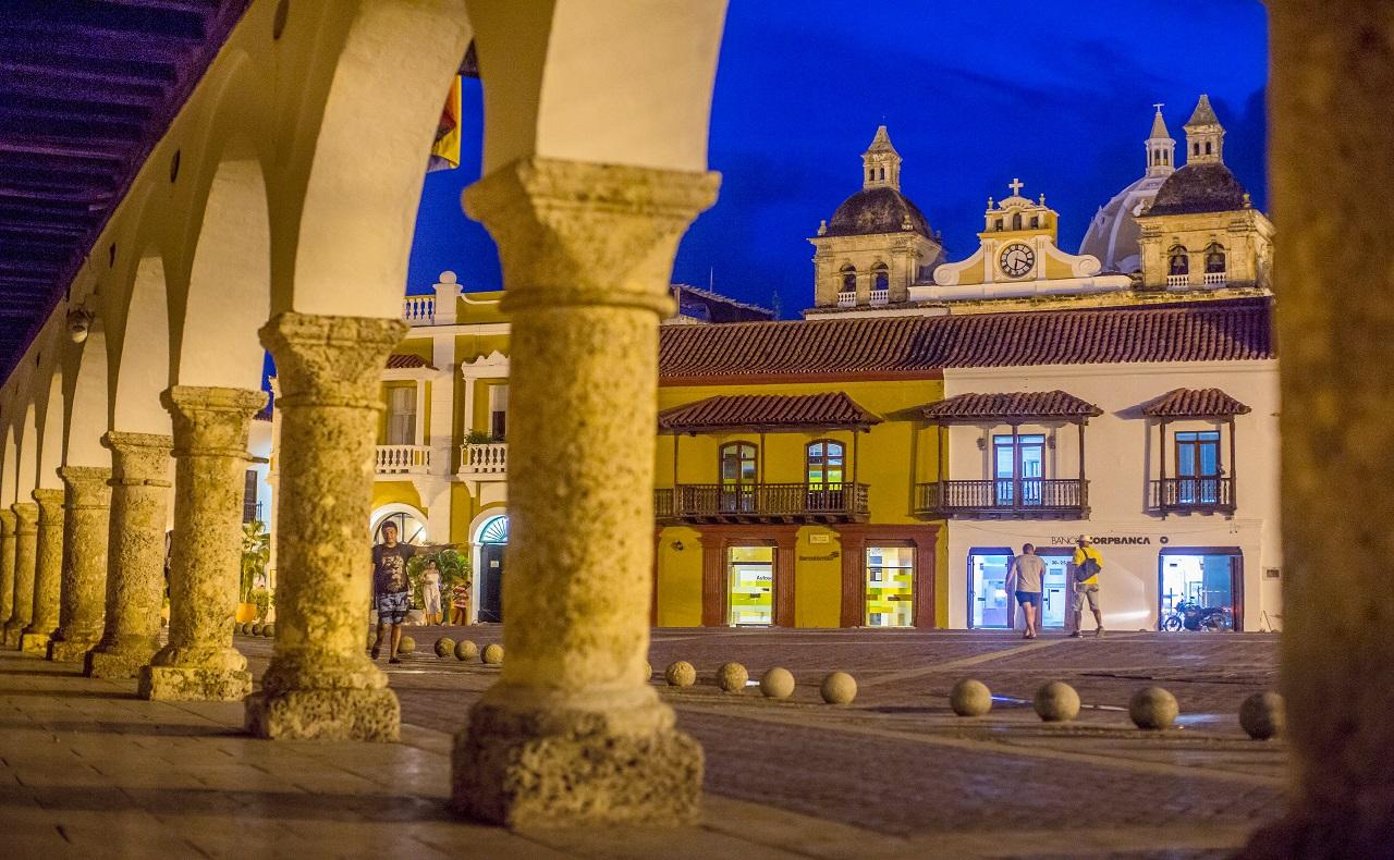 Plaza de la Aduana en Cartagena de Indias. Imagen para ilustrar nota sobre turismo.jpg