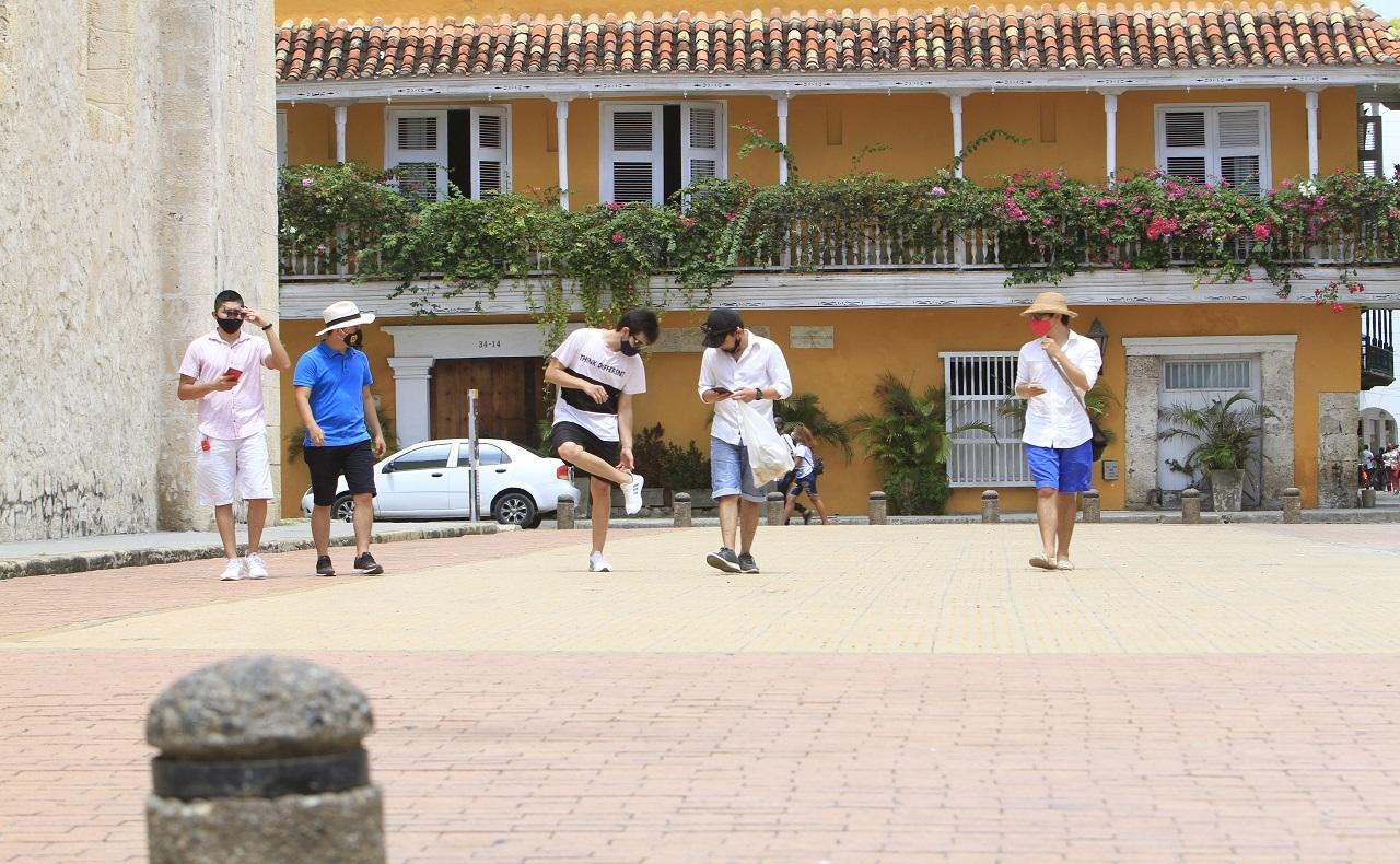 Turistas en la Plaza de la Proclamación, nota para ilustrar medidas de aislamiento selectivo y restricciones en Cartagena