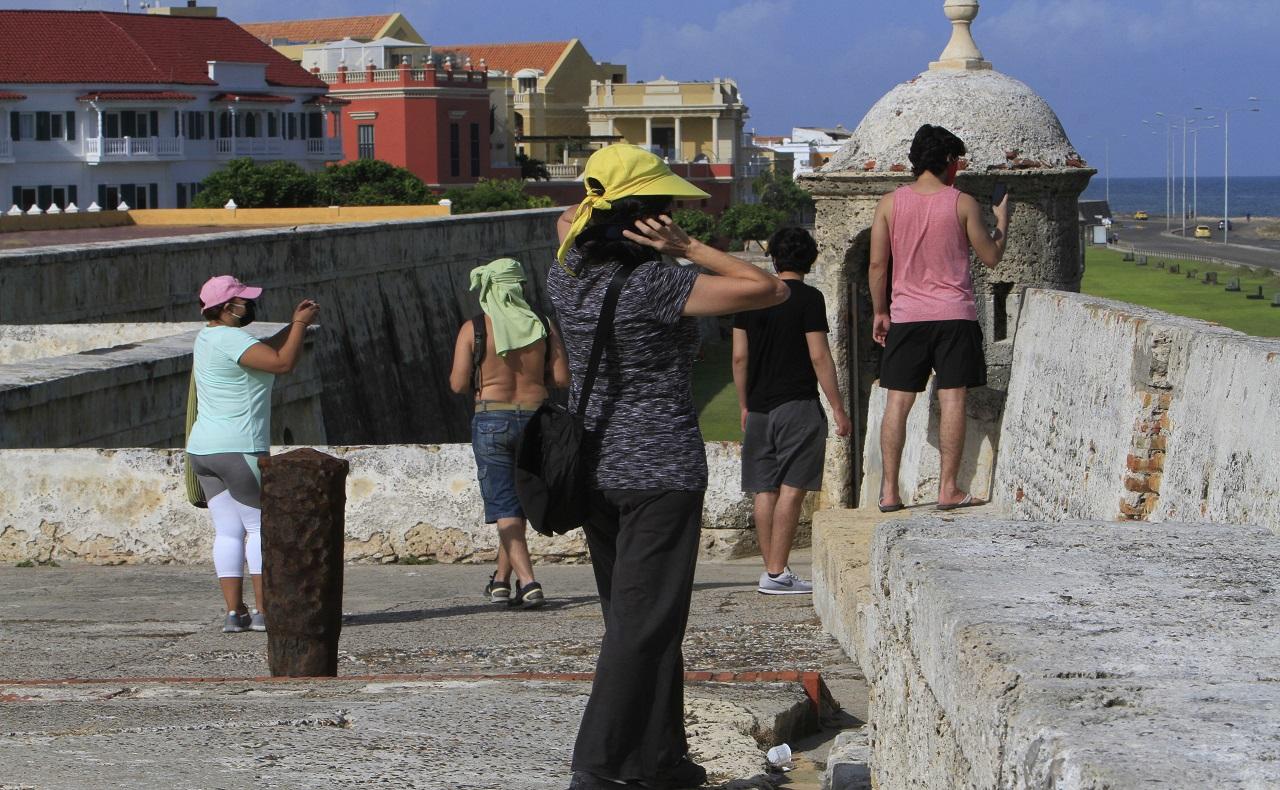 Turistas en las murallas de Cartagena con medidas de bioseguridad, nota para ilustrar nota sobre aislamiento selectivo y restricciones